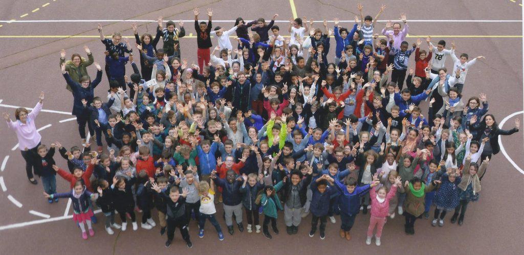 Elèves et enseignants de l'école Pershing tous réunis dans la cour en mai 2018.